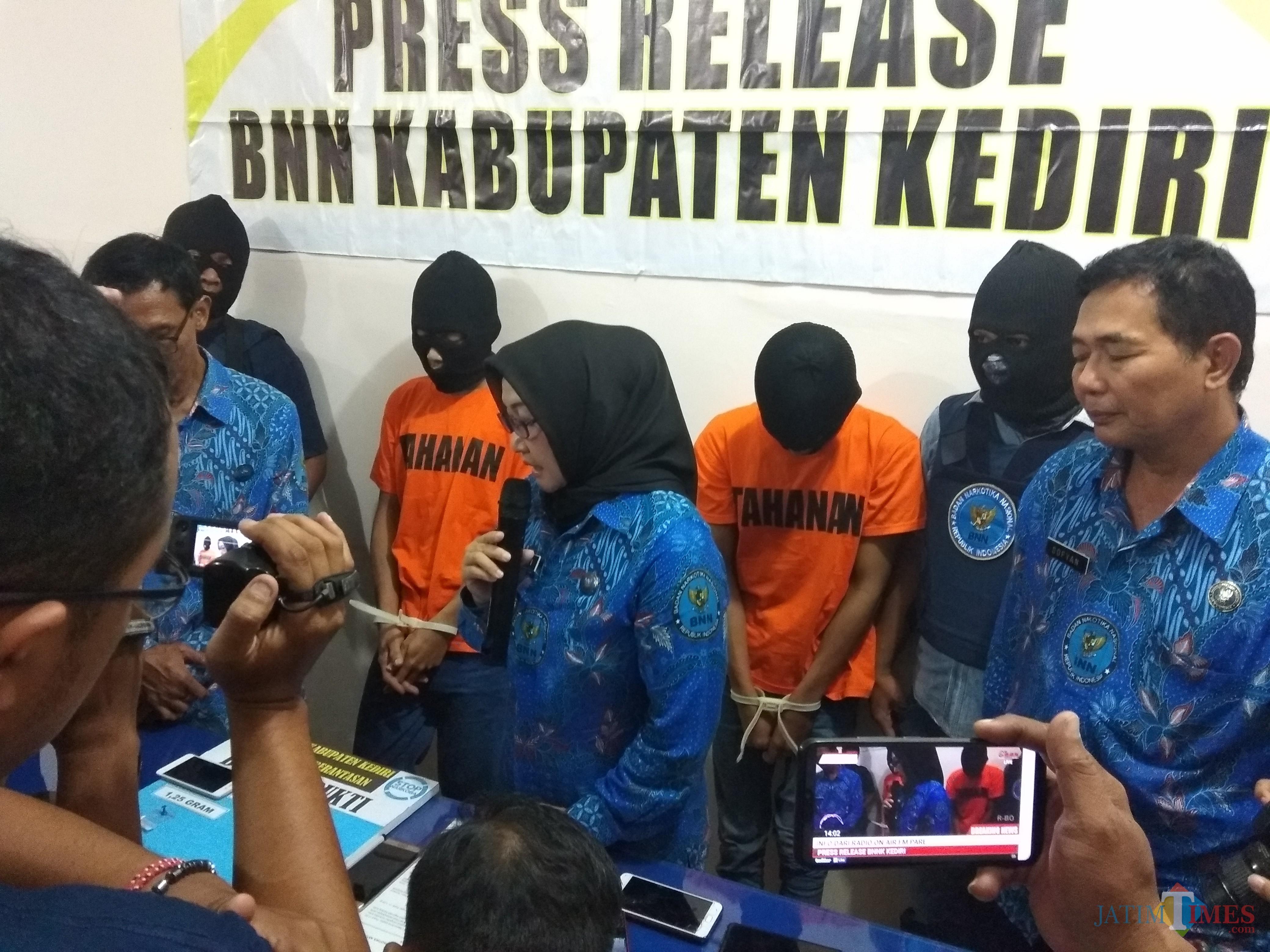 Kepala BNN Kabupaten Kediri AKBP Lilik Dewi saat melakukan rilis. (eko Arif s /JatimTimes)