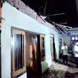 Kondisi atap rumah yang ambruk  di�Dusun Gondang, Desa Tulungrejo, Kecamatan Bumiaji, Kota Batu. (Foto: ist)