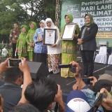 Gubernur Jatim bersama Bupati Kediri ikut pecahkan Rekor Muri. (eko Arif s /JatimTimes)
