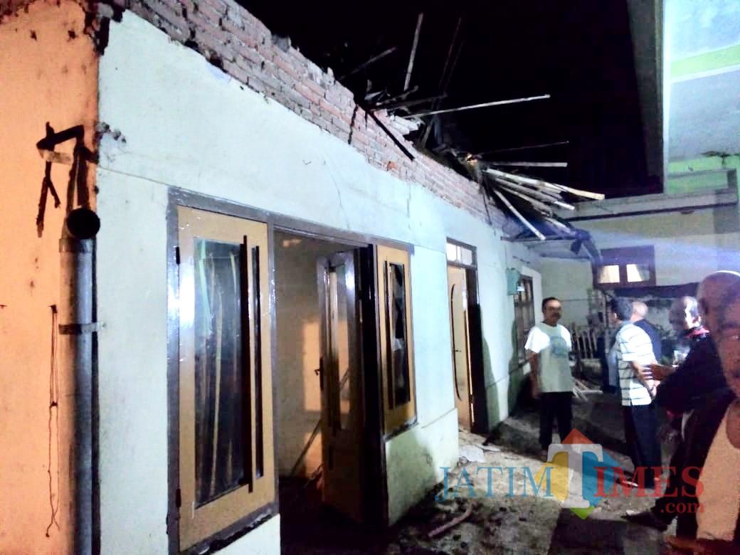 Kondisi atap rumah yang ambruk  diDusun Gondang, Desa Tulungrejo, Kecamatan Bumiaji, Kota Batu. (Foto: ist)