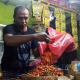 Pedagang bumbu dapur di Kota Malang menyebut adanya penurunan harga dan kualitas cabai rawit. (Foto: Nurlayla Ratri/MalangTIMES)