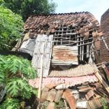 Abdul Hamid melihat kondisi rumahnya (Agus Salam/Jatim TIMES)