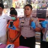 Wakapolres Tulungagung,  Kompol Andik Gunawan (tengah) saat tunjukan bukti pencurian mobil (foto: Joko Pramono/Jatimtimes)