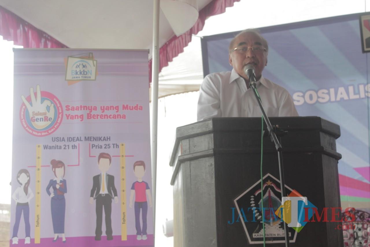 Ir Budi Yuwono saat memberikan sambutan sosialisasi KKBPK  di Desa Tulungrejo.(Foto: Aunur Rofiq/BlitarTIMES)