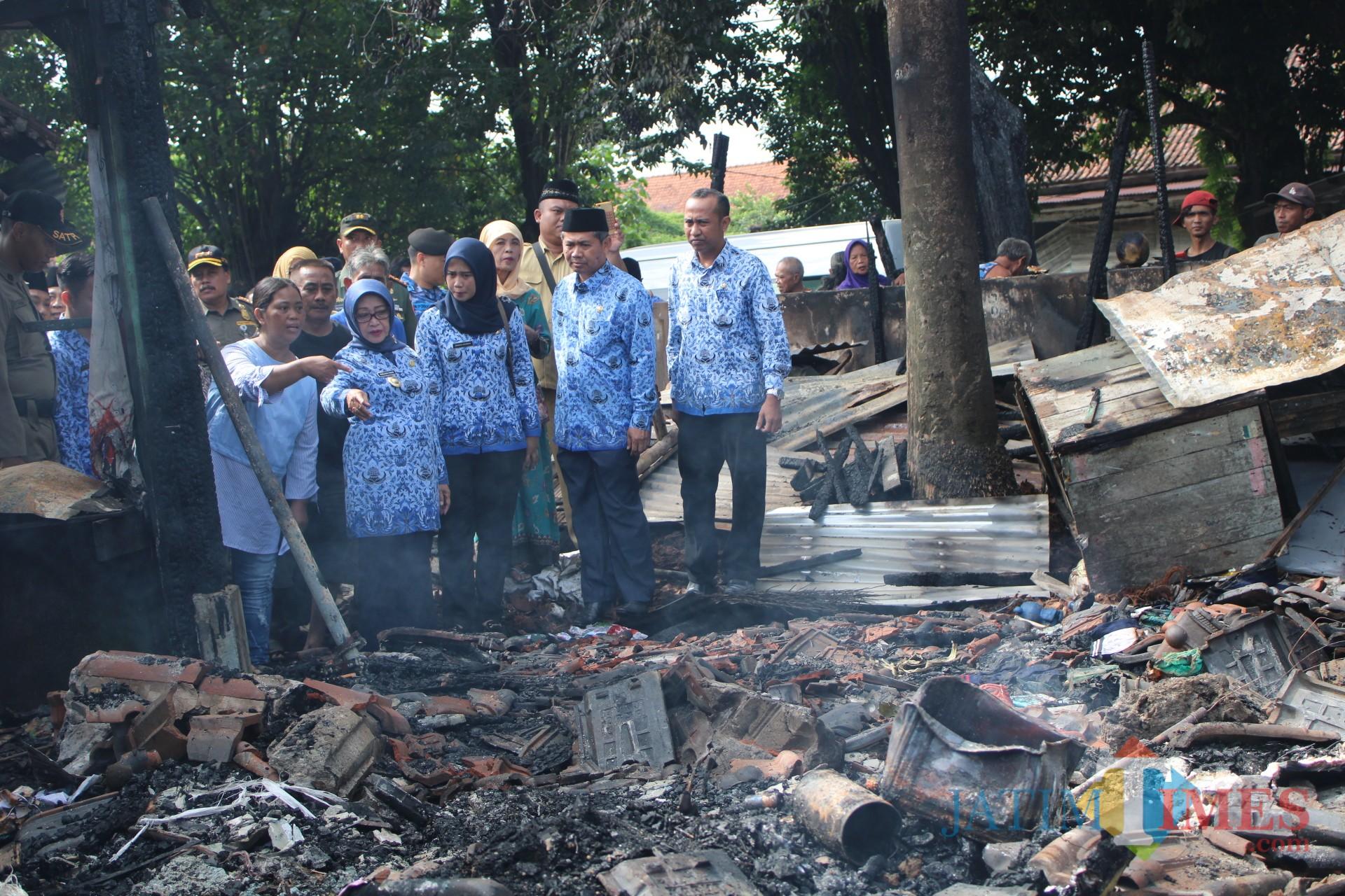 Dua dari kiri, Bupati Jombang Hj Mundjidah Wahab saat berdialog dengan salah satu pedagang saat melihat kondisi Pasar Legi pasca kebakaran, Minggu (17/3) malam. (Foto : Adi Rosul / JombangTIMES)