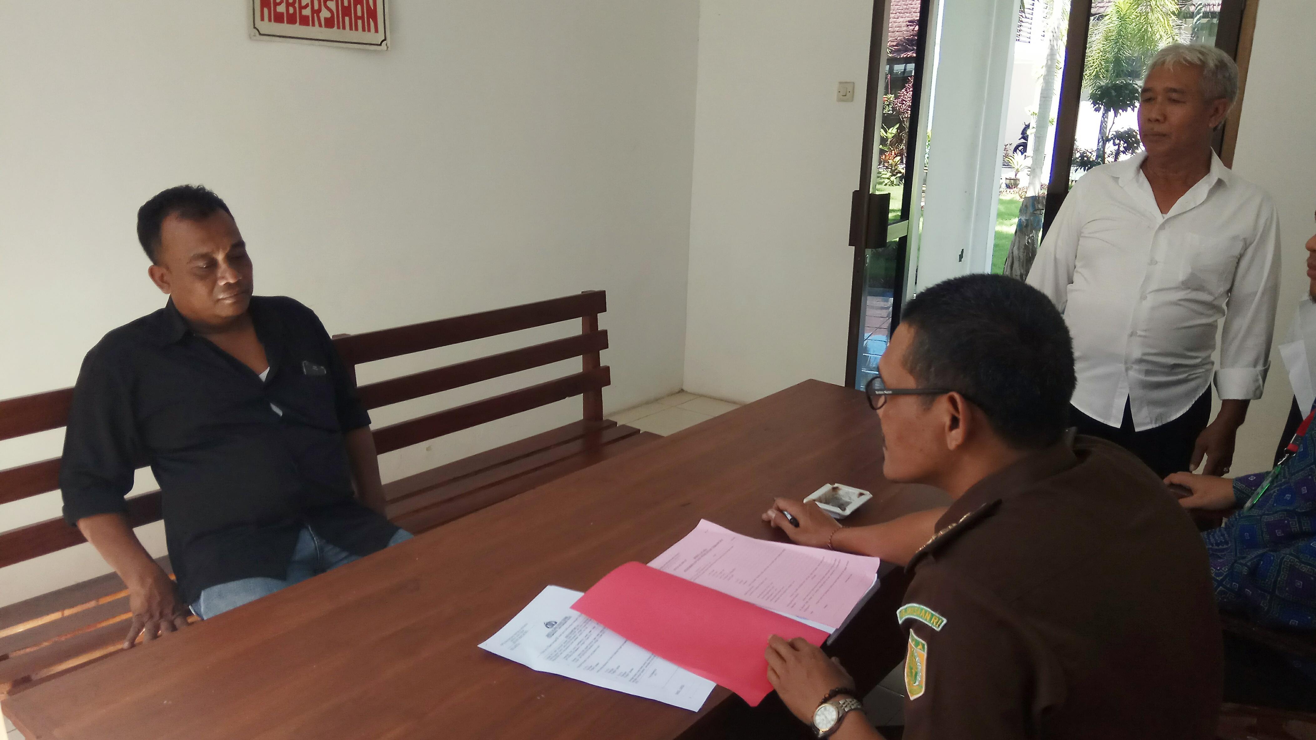 Dr, tersangka perusakan APK menjalani pemeriksaan di Kantilor Kejaksaan Negeri Banyuwangi