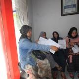 Salah satu nasabah menunjukkan perjanjian kontraknya saat dikantor Bumiputera Probolinggo (Agus Salam/Jatim TIMES)