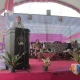 Anggota Komisi IX DPR RI Ir Budi Yuwono memberikan sambutan di Sosialisasi KKBPK di Desa Banjarsari.(Foto : Aunur Rofiq/BlitarTIMES)