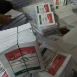 Suasana pelipatan surat suara di kantor KPU Kota Malang, Jalan Bantaran. (Foto: Nurlayla Ratri/MalangTIMES)
