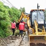 Alat berat didatangkan untuk mengatasi tanah longsor yang menutup drainase di Jalan Brantas, Kelurahan Sisir, Kecamatan Batu,�Selasa (19/3/2019). (Foto: Ist)