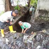 Satgas DPUPR saat membersihkan saluran air di kawasan Jalan Gotong-Royong. (Anggara Sudiongko/MalangTIMES)