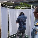 Salah satu pengunjung lapas saat diambil sampel dahaknya untuk diperiksa (foto: Joko Pramono/Jatimtimes)