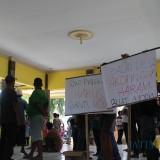 Sejumlah warga Desa Sukopinggir, Kecamatan Gudo, Jombang, saat berunjuk rasa di kantor Desa Sukopinggir. (Foto : Adi Rosul / JombangTIMES)