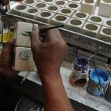 Proses pelukisan tungku aroma terapi di kampung wisata keramik Dinoyo