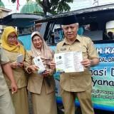 Wabup Malang Sanusi (kanan) bersama pegawai DPMPTSP Kabupaten Malang saat sosialisasi perizinan di Pakisaji. (Nana)