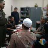 Pihak Kejari saat melakukan pemeriksaan singkat di Kejari Kota Malang (Anggara Sudiongko/MalangTIMES)