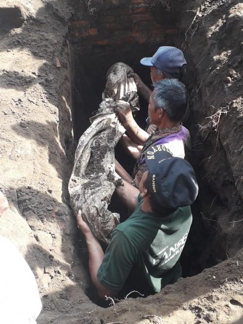 Proses bongkar makam Kiai Anwar Sudibyo.(Ist)