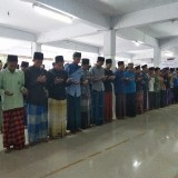 Ratusan santri menggelar doa dan salat ghoib. (foto: Eko Arif S /JatimTIMES)