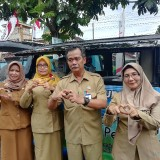 Kepala DPMPTSP Kabupaten Malang Iriantoro (dua dari kanan) bersama staf saat pelayanan jemput bola perizinan di Pakisaji. (Nana)