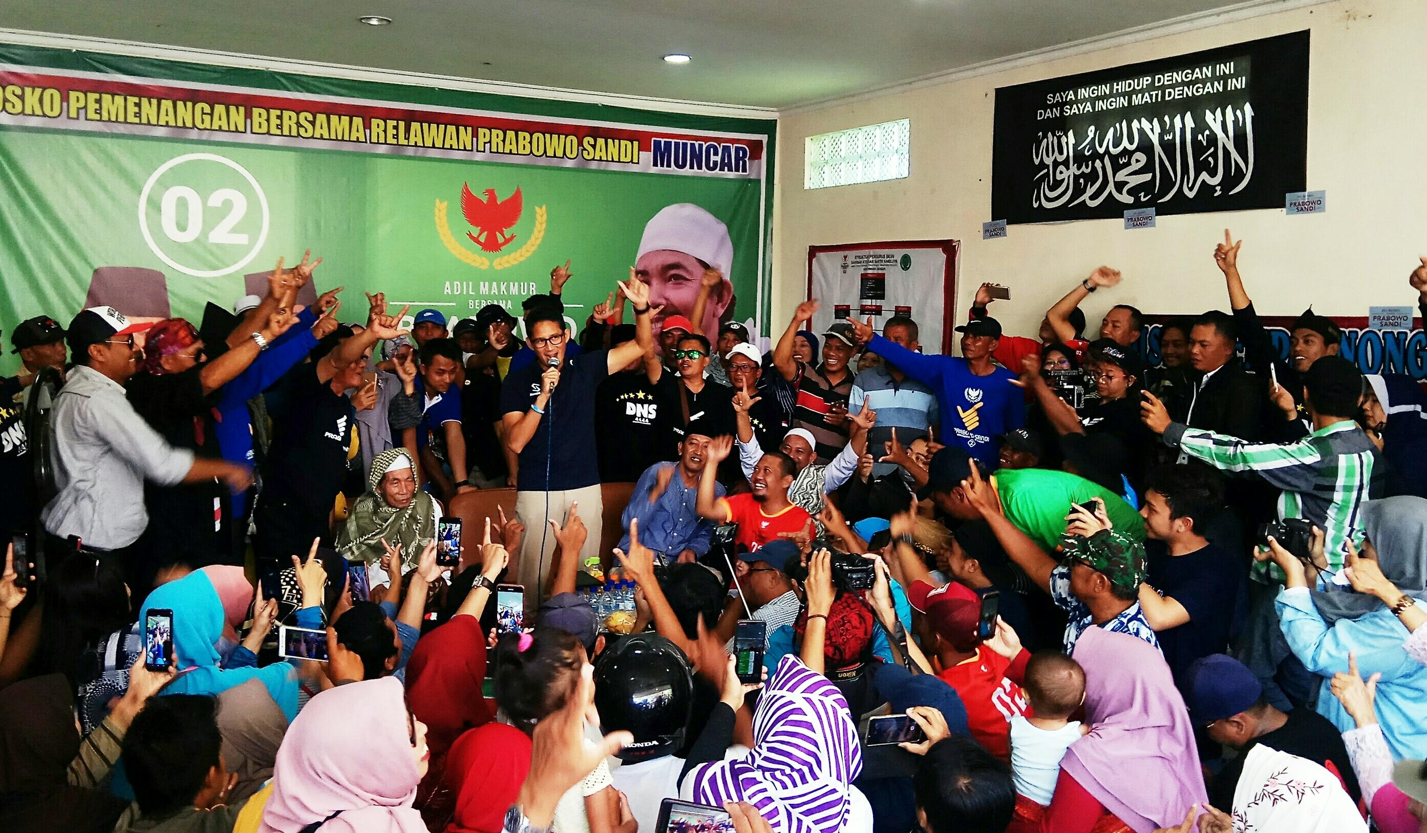 Sandiaga Uno berdialog dengan para pendukungnya di Muncar