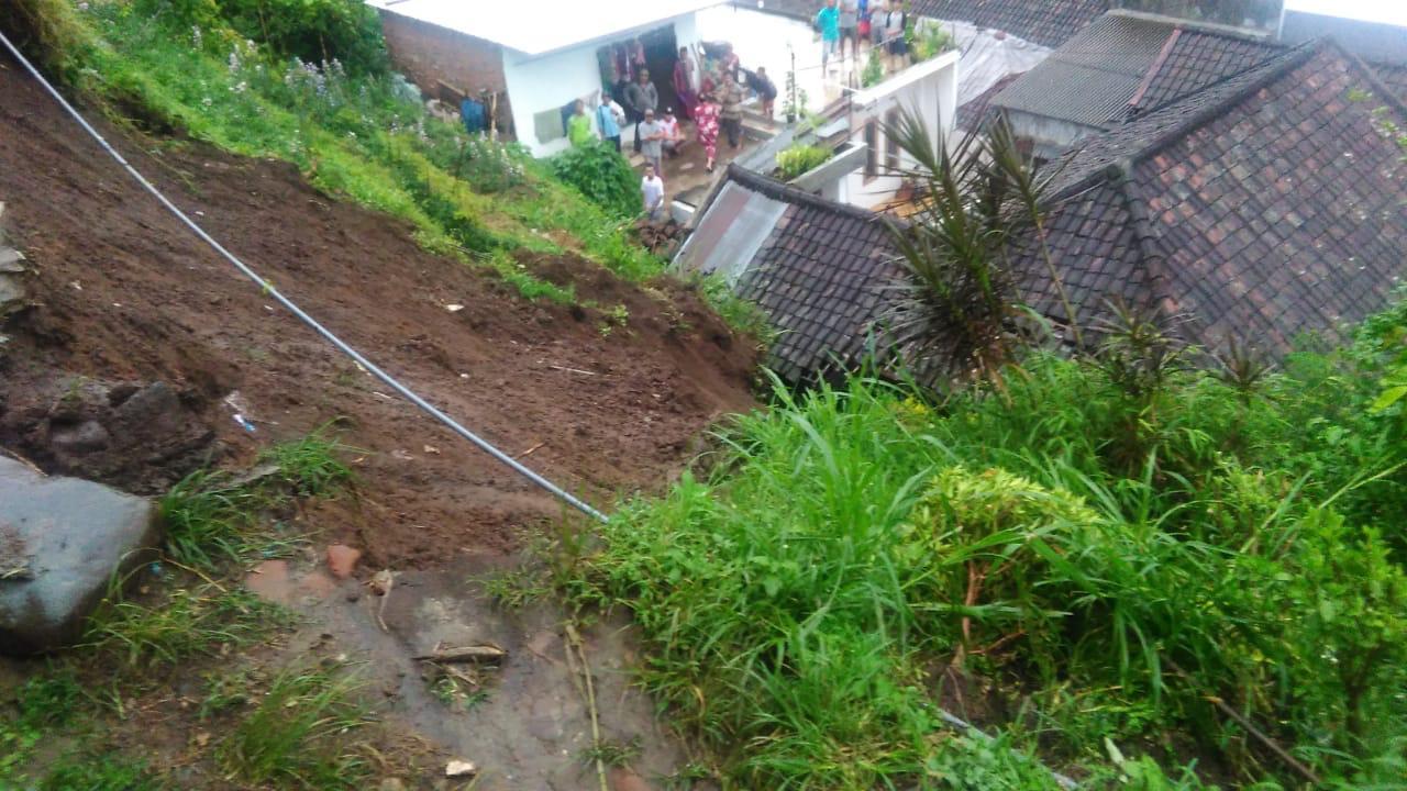Longsor menimpa rumah di jalan Penanggungan Gang II RT 03 RT 08, Dusun Payan, Desa Punten, Kecamatan Bumiaji, Kota Batu tertimbun longsor, Selasa (19/3/2019). (Foto: ist)