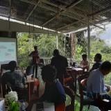 Ary Udiyanto saat memberikan penjelasan kepada sejumlah media terkait fungsi kader JKN (foto : Moh. Ali Makrus / Jatim TIMES)