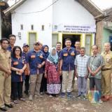 Empat dari kanan: Kepala DPKPCK Kabupaten Malang Wahyu Hidayat bersama penerima manfaat program bedah rumah di wilayah Pakisaji (DPKPCK for MalangTIMES)