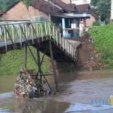 Kondisi jembatan yang menghubungkan Desa Pulo, Kecamatan Sumobito, dengan Desa Karobelah, Kecamatan Mojoagung. (Foto : Adi Rosul / Jombang TIMES)