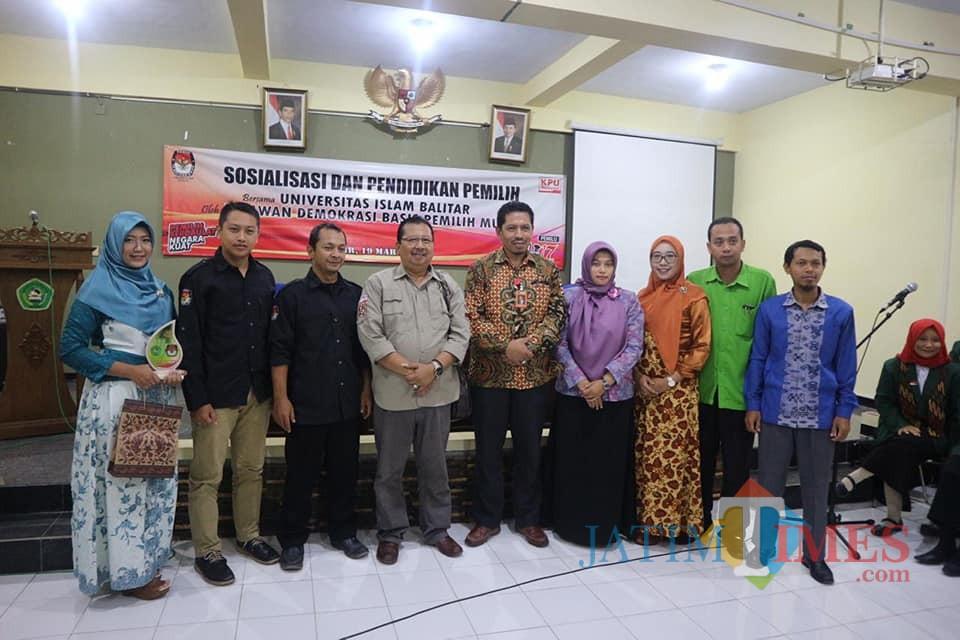 Ketua KPU Kota  Blitar, relawan demokrasi bersama jajaran Wakil Rektor I dan Dosen FKIP Unisba Blitar