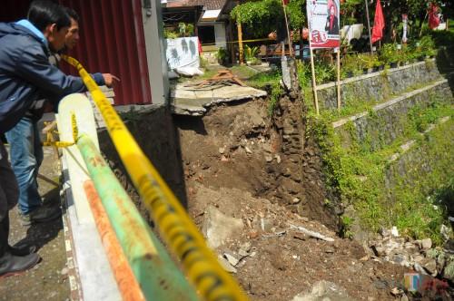 Dinding sungai kecil di Jalan Patimura yang ambruk akibat tanah dasar yang tergerus air.(Luqmsnul Hakim/Malang Times)