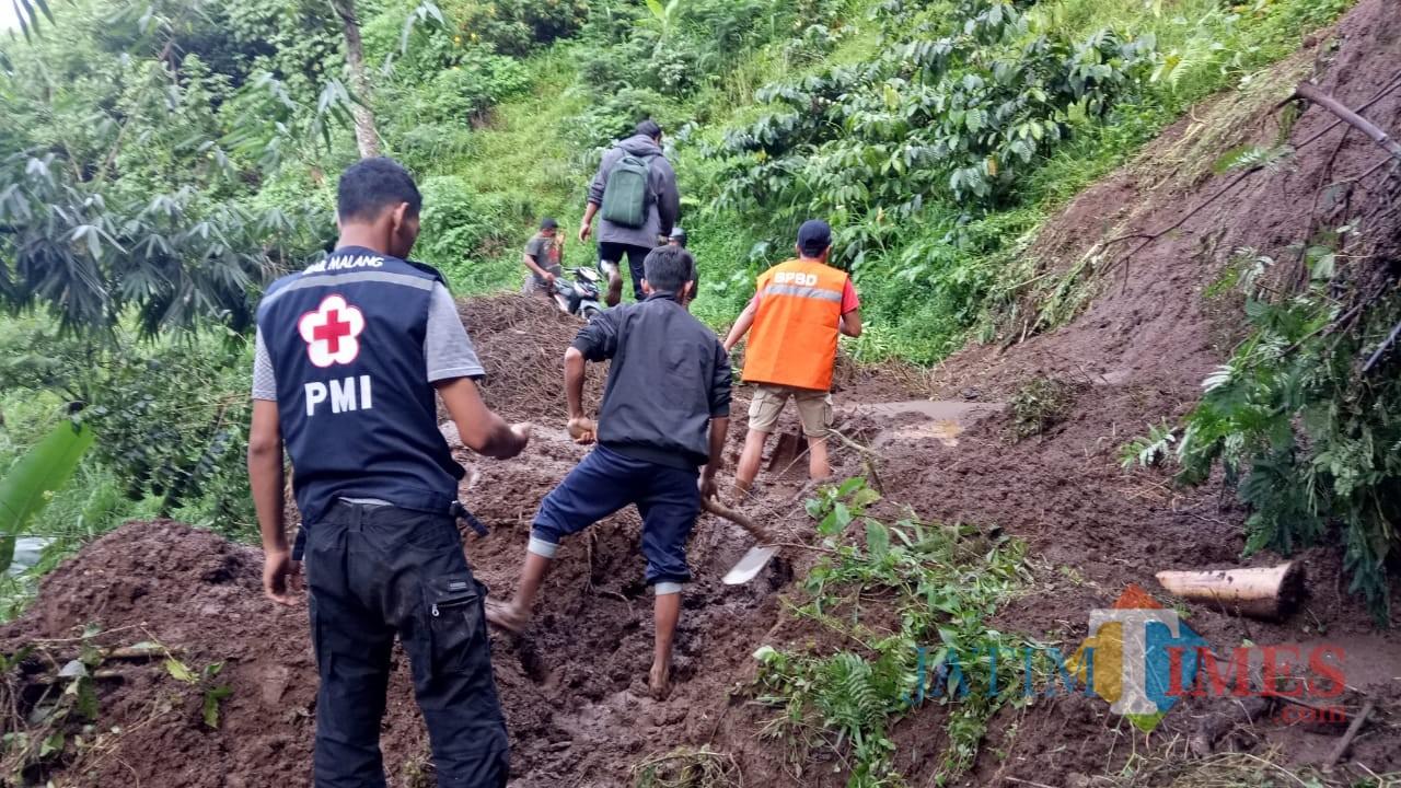 Petugas gabungan saat mengevakuasi material longsor, Kecamatan Jabung (Foto : PMI Kabupaten Malang for MalangTIMES)