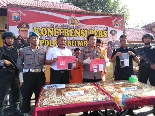 Polres Blitar Kota mengamankan barang bukti narkoba dan pelaku Sakim si penjual tempe.(Foto : Team BlitarTIMES)