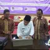 Wali Kota Malang Sutiaji (tengah) saat meresmikan Pusat Bisnis dan Kewirausahaan Universitas Kanjuruhan Malang. (Foto: Humas Pemkot Malang for MalangTIMES)