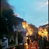 Warga berusaha memadamkan api yang membakar rumah Isti Komariah