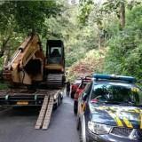 Petugas gabungan saat mengevakuasi material longsor yang mengakibatkan akses jalan dari Malang menuju Lumajang lumpuh total, Kabupaten Malang (Foto : Istimewa)