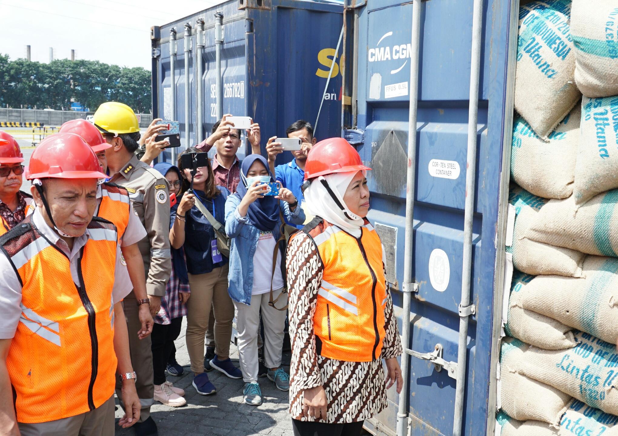 Gubernur Jatim Khofifah saat pelepasan komoditas ekspor.