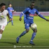 Makan Konate (kanan) ketika bermain lawan Barito Putera di penyisihan grup Piala Presiden 2019. (official Arema FC)