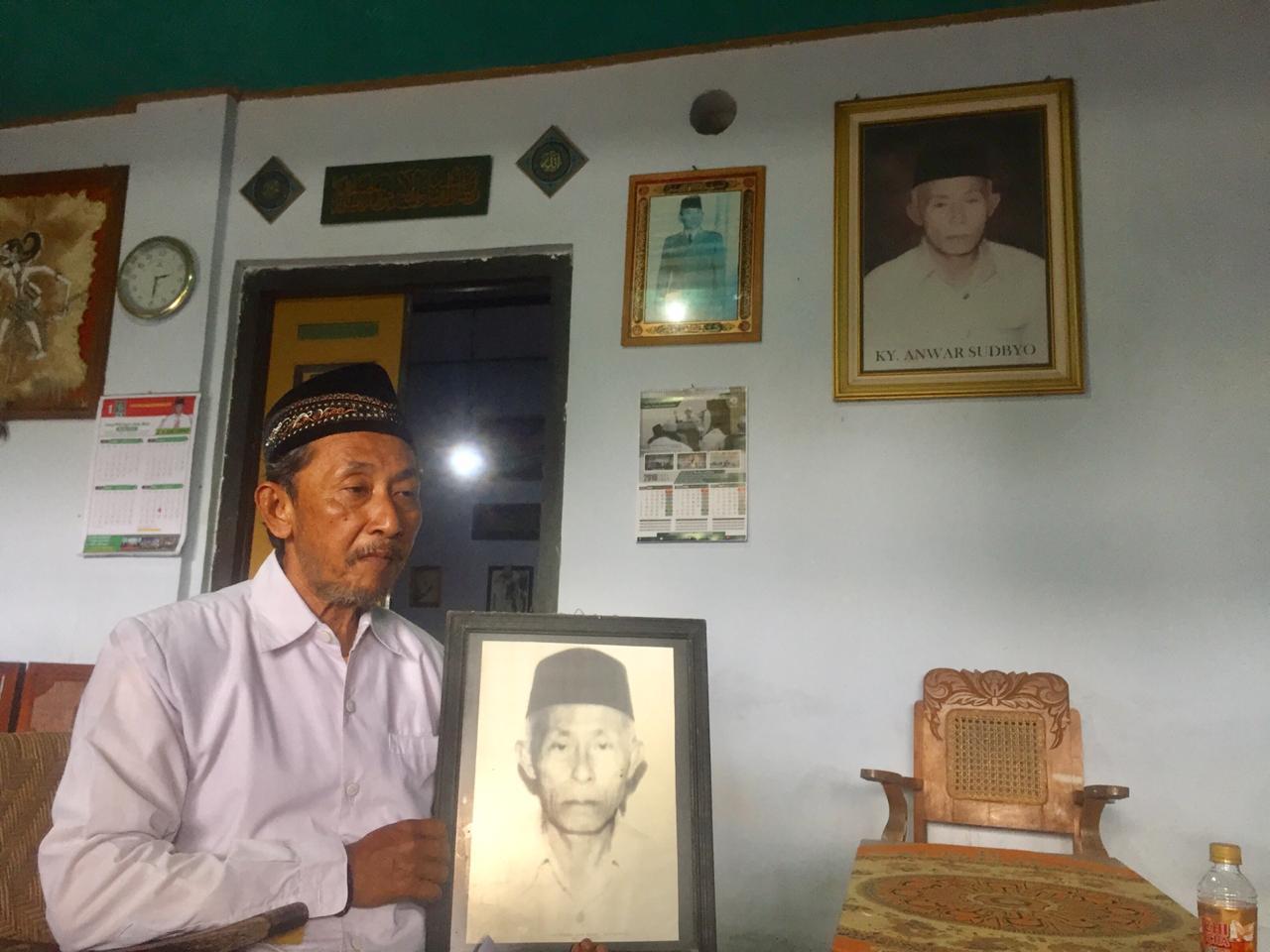 Moch. Munib menunjukkan foto Kiai Anwar semasa hidup.(Ist)