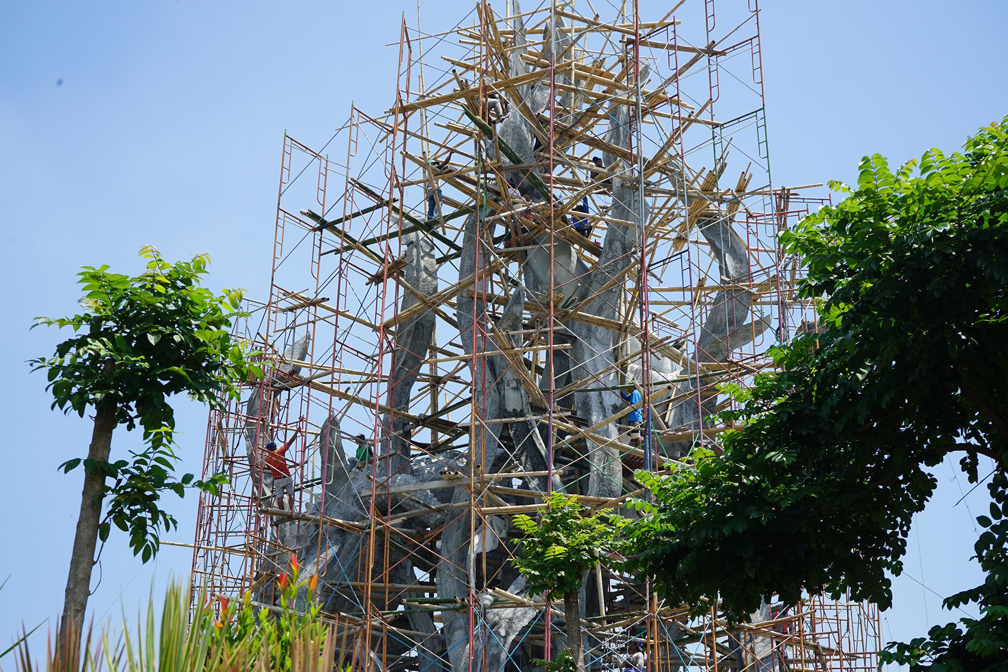 Patung Suro dan Boyo yang sedang dalam proses pengerjaan.