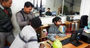 Petugas Polsek Genteng saat olah TKP di Toko Grosir Bares Genteng