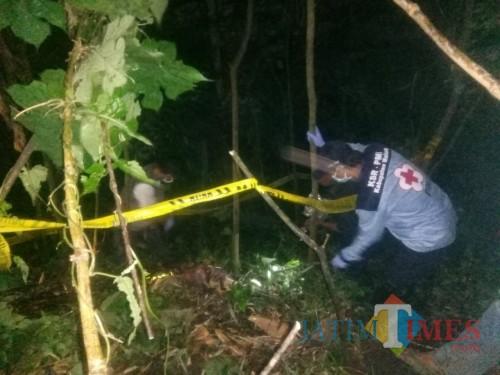 Petugas gabungan saat mengevakuasi mayat yang hanya tersisa kerangka di Kecamatan Kasembon. (Foto : PMI Kabupaten Malang for MalangTIMES)