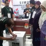 Simulasi pemungutan dan penghitungan suara di KPU Kota Malang. (Foto: Nurlayla Ratri/MalangTIMES)