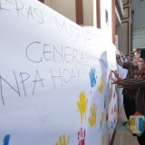 Wali Kota Malang Sutiaji saat membubuhkan cap tangan sebagai bentuk komitmen memerangi hoaks. (Foto: Humas Pemkot Malang for MalangTIMES)