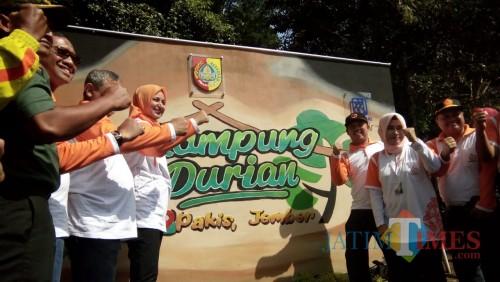 Bupati Jember dr Hj Faida MMR bersama adm Perhutani Jember dan masyarakat LMDH saat acara launching kampung durian. (foto : Moh. Ali Makrus / Jatim TIMES)