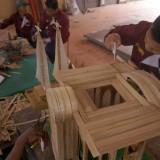 Warga binaan saat membuat kerajinan di bengkel kerja lapas (foto: Destyan)