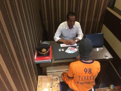 Yanto tersangka beserta barang bukti sabu saat proses penyidikan berlangsung, Kabupaten Malang (Foto : Ashaq Lupito / MalangTIMES)
