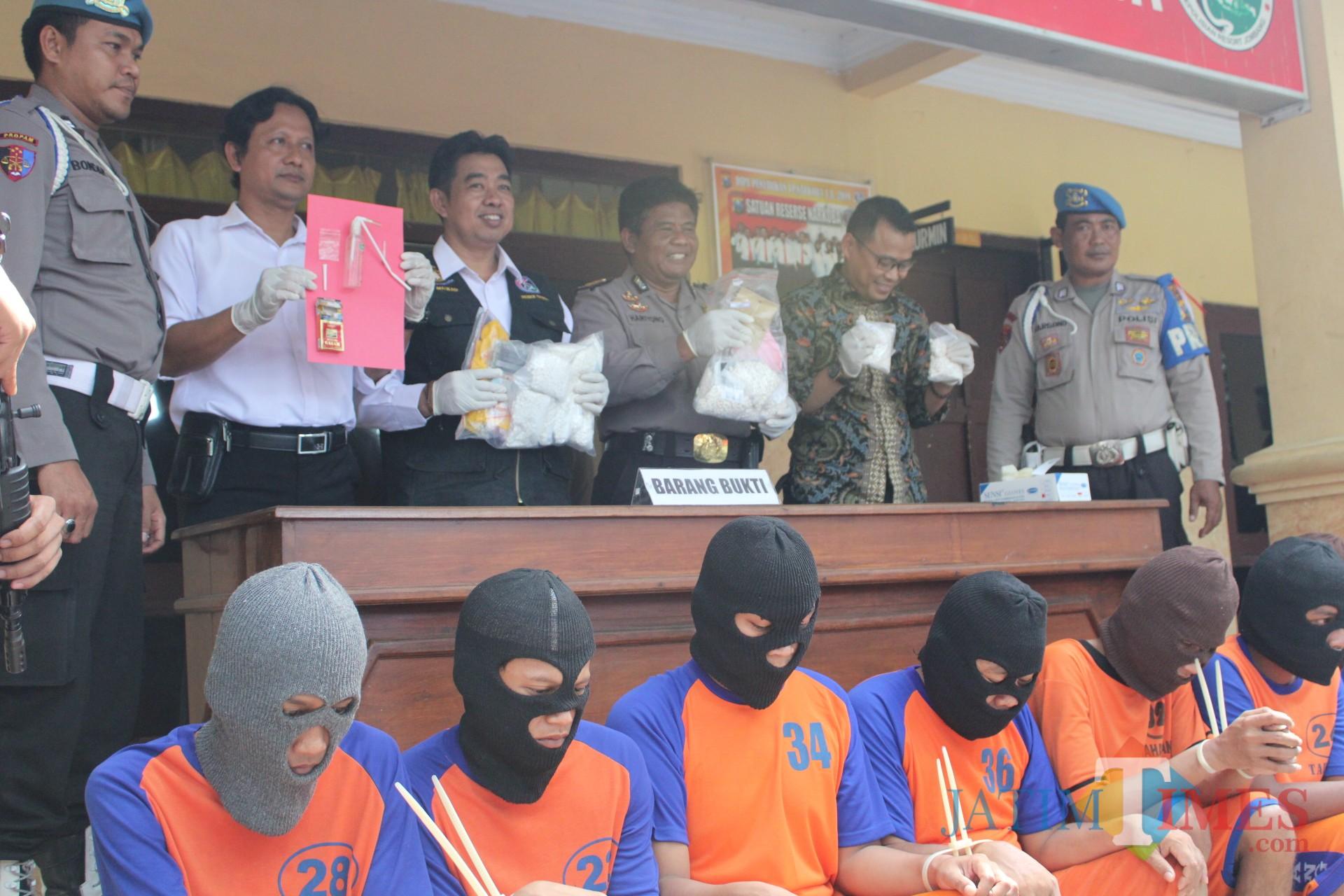 Kasat reskoba Polres Jombang AKP Moch. Mukid (tiga dari kiri) saat menunjukkan barang bukti pelaku penyalahgunaan narkotika dan obat-obatan terlarang. (Foto : Adi Rosul / JombangTIMES)