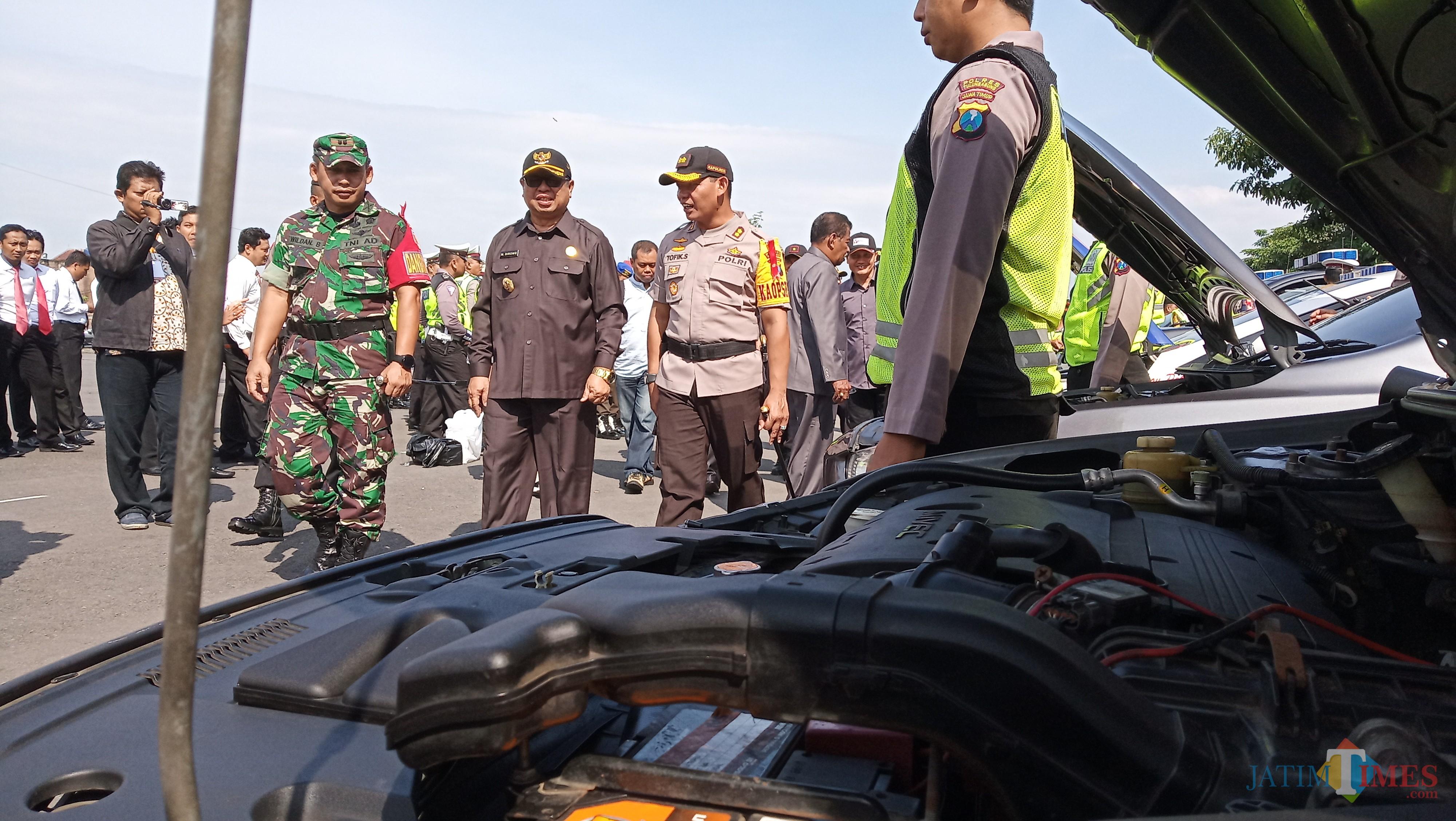 Plt Bupati Tulungagung Maryoto Birowo (baju hitam),  kapolres dan dandim saat memeriksa kesiapan pasukan pengamanan pemilu. (foto : Joko Pramono/Tulungagungtimes)
