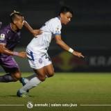 Dedik Setiawan (putih) saat melawan Persita Tangerang di Piala Indonesia. (official Arema FC)