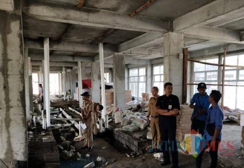 Dua dari kanan : Kepala DPKPCK Kabupaten Malang Wahyu Hidayat saat melakukan pengecekan beberapa waktu lalu di Rusunawa ASN (foto: Nana/ MalangTIMES)